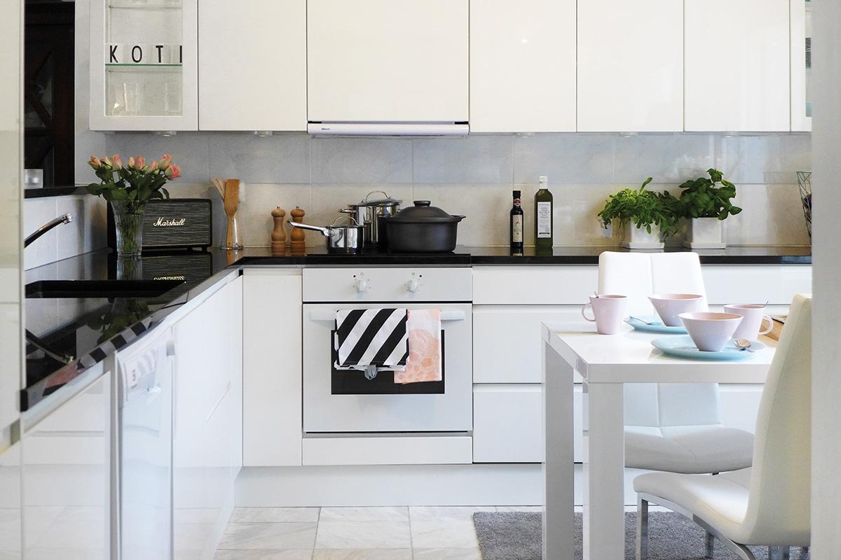 Keittiöremontti tehty vaihtamalla valkoiset ovet